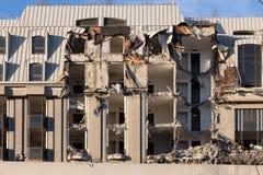 Vernieling van een gebouw vernietiging in een woon stedelijk kwart stock afbeelding