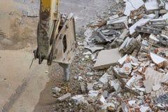 Vernieling van een industrieel gebouw en boor een concrete machine stock afbeelding
