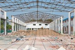 Vernieling van een oud fabrieksgebouw in sunshiny dag stock foto's