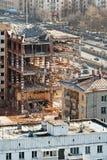 Vernieling van oud huis op stedelijke straat stock fotografie