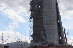 Vernieling van verlaten televisietoren in Ekaterinburg in 24 van Maart 2018 blijft van de vernietigde toren Stock Foto's