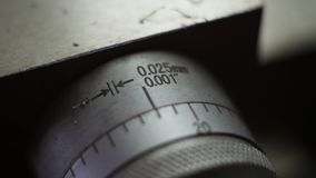 Vernier in millimeter en duim voor karretje een diploma dat wordt behaald dat stock afbeeldingen