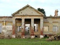 Vernietigd en vernietigd het oude verlaten kasteel Stock Foto's