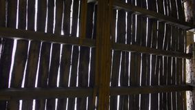 Vernietigd houten dak in het verlaten gebouw stock footage