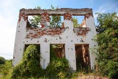 Vernietigd huis als oorlogsnasleep. Stock Afbeeldingen