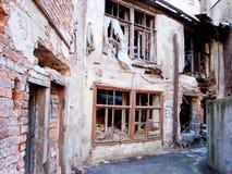 Vernietigd huis als symbool van verwoesting Stock Foto's