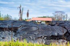 Vernietigd huis in lava Stock Foto's