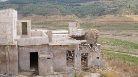 Vernietigd huis in verlaten dorp, Kreta, Griekenland stock footage