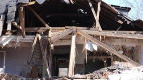 Vernietigd oud huis in de provincie van Rusland, armoede stock footage
