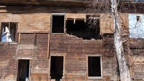 Vernietigd oud huis in de provincie van Rusland, armoede stock video