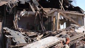 Vernietigd oud huis in de provincie van Rusland, armoede stock videobeelden