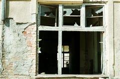 Vernietigd venster van verlaten geruïneerd huis dat door granaatexplosie wordt vernietigd in de oorlogsstreek Royalty-vrije Stock Foto