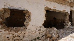 Vernietigd verlaten huis zonder vensters dicht omhoog stock footage