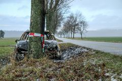Vernietigde auto die zich door de weg bevinden royalty-vrije stock foto's