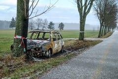 Vernietigde auto die zich door de weg bevinden royalty-vrije stock afbeeldingen