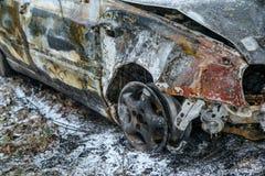 Vernietigde auto die zich door de weg bevinden royalty-vrije stock foto