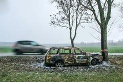 Vernietigde auto die zich door de weg bevinden stock afbeeldingen