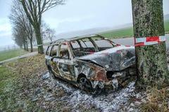 Vernietigde auto die zich door de weg bevinden stock afbeelding