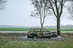 Vernietigde auto die zich door de weg bevinden stock fotografie