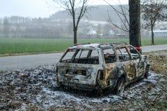 Vernietigde auto die zich door de weg bevinden stock foto