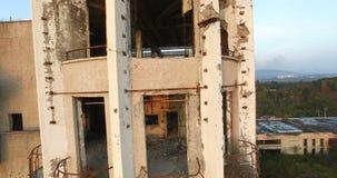 Vernietigde de naoorlogs bouw van de vroegere sportentoevlucht in Lagere Esher Abchazië stock footage