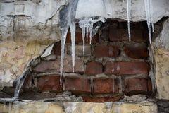 Vernietigde die bakstenen muur met ijs wordt behandeld stock fotografie