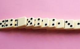 Vernietigde Domino's op Roze stock fotografie