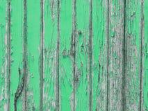 Vernietigde houten muur met groene schilverf stock afbeeldingen