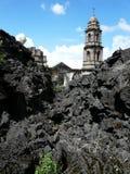 Vernietigde kathedraal die van lava uitpuilt royalty-vrije stock foto