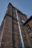 Vernietigde ladder, de industriële red-brick bouw royalty-vrije stock foto