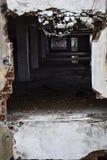 Vernietigde muur binnen een gebouw Stock Afbeeldingen