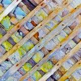 Vernietigde muur die met houten rooster wordt versterkt Stock Fotografie