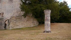 Vernietigde pijler bij geruïneerde abdij van Jumieges, Normandië Frankrijk stock video