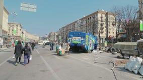 Vernietigde politievrachtwagen - Euromaidan-revolutie binnen stock video