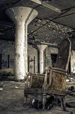 Vernietigde Stoel in Verlaten Fabriek Royalty-vrije Stock Foto's