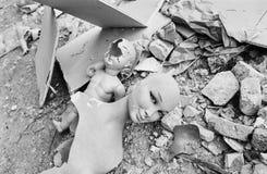 Vernietigde vrouw en kindledenpoppen stock fotografie