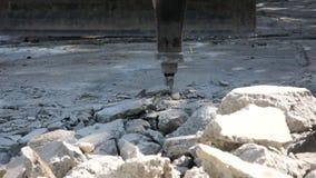 Vernietiging van concrete vloer door de schok van de machinescompressie te gebruiken stock footage