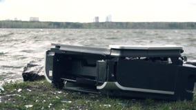 Vernietiging van de printer in aard Het concept de slechte gevolgen van technologie voor aard stock videobeelden