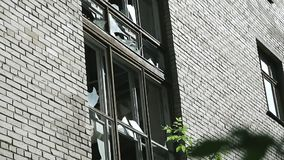 Vernietiging van of schade aan publiek of privé-bezit Gebroken glas in het raamkozijn Voorgevel van verlaten stock footage