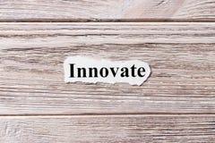 Vernieuw van het woord op papier Concept Woorden van Innovate op een houten achtergrond stock fotografie