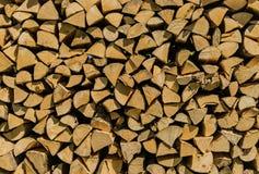 Vernieuwbaar middel voor energie, opgestapelde gespleten bos houten logboeken stock foto