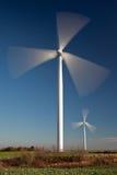 Vernieuwbare energie van het spining van windmolens Stock Foto