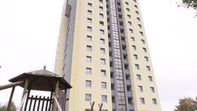Vernieuwde hoge vlakke flatgebouwvensters en muren stock footage