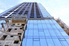 Vernieuwing en wederopbouw van de voorgevel van een moderne woningbouw royalty-vrije stock foto's