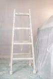 Vernieuwing van een muur in lege ruimte met ladder royalty-vrije stock foto