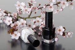 Vernis à ongles avec des fleurs photos libres de droits