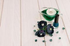 Vernis à ongles avec le canle et les fleurs Images libres de droits