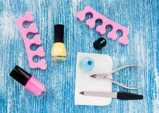 Vernis à ongles en pastel sur la vue supérieure de fond bleu Images stock