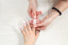 Vernis à ongles enlevant avec l'équipement spécial de goupille Images stock