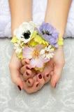 Vernis à ongles et fleur Photo stock